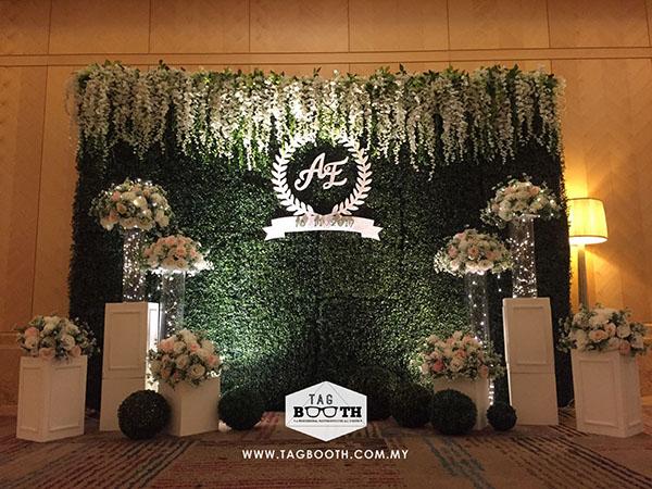 tiệc cưới lãng mạn với backdrop lá cây 8