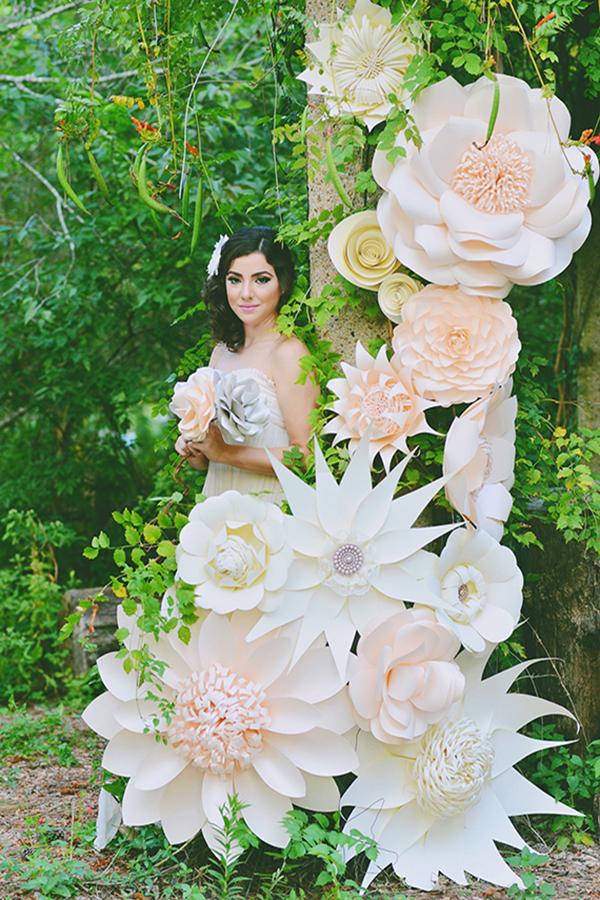 Độc đáo với background hoa giấy đám cưới 1